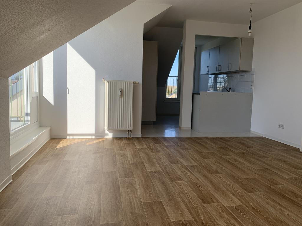 Wohnzimmer mit Blick zur EBK