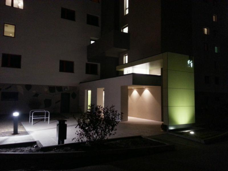 Eingangsbereich bei Nacht
